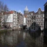Casas vivas a lo largo del terraplén del canal en día de primavera Imagenes de archivo