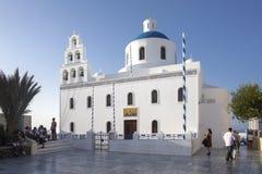 Casas Whitewashed e igreja azul pelo Mar Egeu, Santoriniin Oia da abóbada, Santorini, Grécia Abóbadas azuis famosas na vila de Oi imagem de stock