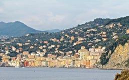 Casas y acantilados de ciudad de Camogli Imágenes de archivo libres de regalías