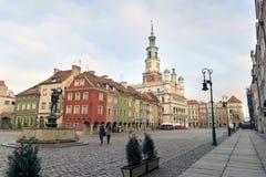 Casas y ayuntamiento en la vieja plaza del mercado, Poznán, Polonia Foto de archivo libre de regalías