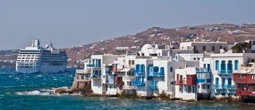 Casas y barco de cruceros de la orilla del mar de Mykanos Imagen de archivo