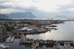Casas y barcos de la costa Noruega Imagen de archivo libre de regalías