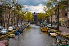 Casas y barcos en el canal de Amsterdam fotografía de archivo libre de regalías