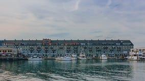 Casas y barcos en el puerto cerca de North End de Boston, los E.E.U.U. fotos de archivo