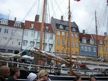 Casas y barcos en Nyhavn foto de archivo