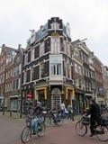 Casas y bycicles 1004 del ladrillo de Amsterdam Imagen de archivo libre de regalías