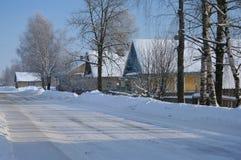 Casas y calle en invierno Fotografía de archivo libre de regalías
