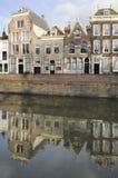 Casas y canal viejos en la presa, middelburg Imagenes de archivo