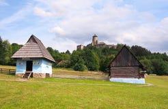 Casas y castillo de una gente en Stara Lubovna imágenes de archivo libres de regalías