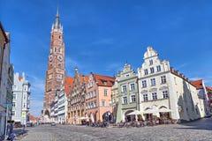 Casas y catedral coloridas de San Martín en Landshut Imagen de archivo libre de regalías