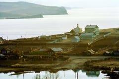 Casas y cercas de madera en el pueblo cerca de Baikal foto de archivo