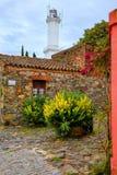 Casas y faro de piedra en el del Sacramento, Uruguay de Colonia Foto de archivo