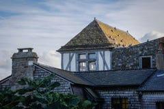Casas y gaviotas medievales de piedra en el tejado en la ciudad del santo Michel Abbey fotos de archivo