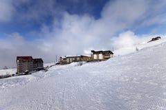 Casas y hoteles en la estación de esquí, visión desde la cuesta del esquí Imagen de archivo
