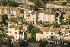 Casas y jardín en Deia fotografía de archivo