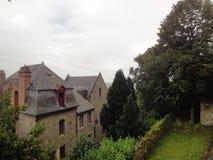Casas y jardines en Mont Saint-Michel, Normandía, Francia Imagen de archivo libre de regalías