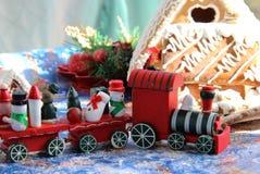 Casas y juguetes dulces cocidos al horno la Navidad Foto de archivo libre de regalías