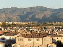 Casas y la montaña, Chula Vista, California, los E.E.U.U. Imagen de archivo