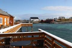 Casas y mirador de las islas de la costa de Lofoten Imagenes de archivo