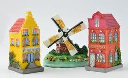 Casas y molino de viento holandeses miniatura del canal Imagenes de archivo