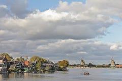 Casas y molinoes de viento holandeses en el Zaanse Schans Imagen de archivo libre de regalías