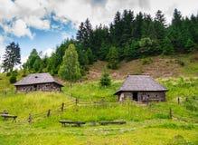 Casas y montañas de madera viejas imagenes de archivo