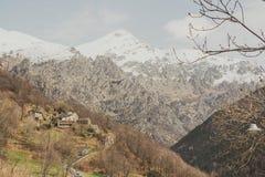 Casas y montañas en España Fotos de archivo libres de regalías