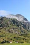 Casas y montañas nubladas de Tangstad Fotografía de archivo libre de regalías