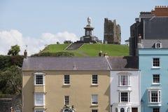 Casas y monumento coloridos de príncipe Albert en Tenby, el Sur de Gales  Imagen de archivo