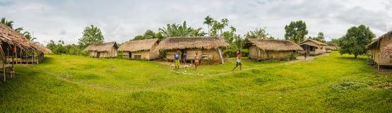Casas y niños del pueblo Imagen de archivo libre de regalías