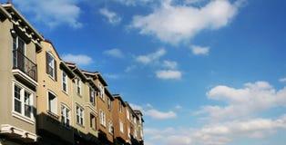 Casas y nubes foto de archivo