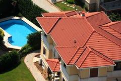 Casas y piscina Imagen de archivo