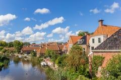 Casas y río viejos en el pueblo de Winsum fotografía de archivo