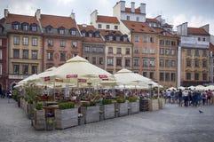 Casas y restaurantes de vivienda en la ciudad vieja Market Place, plaza principal de la ciudad vieja en la ciudad de Varsovia foto de archivo libre de regalías