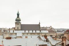 Casas y torres viejas de la ciudad histórica de Lvov Ucrania, visión Foto de archivo