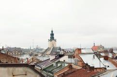 Casas y torres viejas de la ciudad histórica de Lvov Ucrania, visión Imagenes de archivo