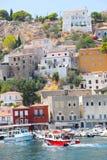 Casas y yates - islas de Grecia Fotografía de archivo