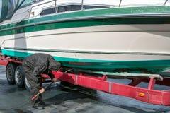 Casca de lavagem do barco da pressão do homem Imagem de Stock