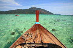 Casca do barco da cauda longa que saiing no mar de Andaman de cristal foto de stock royalty free