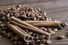 Casca dos feijões de café e das varas de canela Fotos de Stock