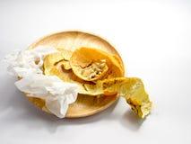 A casca e as sementes de laranja com lenço de papel no fundo branco Fotos de Stock Royalty Free