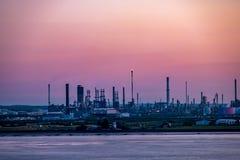 Casca, Inglaterra - 4 de maio de 2018: Passagem pela skyline industrial perto da casca - Reino Unido imagem de stock