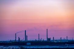 Casca, Inglaterra - 4 de maio de 2018: Passagem pela skyline industrial perto da casca - Reino Unido fotos de stock royalty free