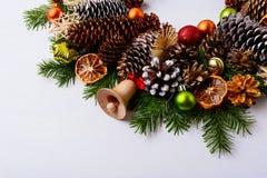 Cascabel de la Navidad, ramas del abeto y estafa de madera hechos a mano del pino Imagen de archivo