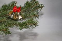 Cascabeles con el arco y el árbol de navidad rojos Fotografía de archivo