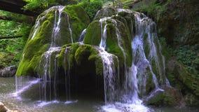 Cascada única hermosa de Bigar en Rumania almacen de video
