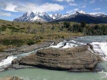 Cascada στο εθνικό πάρκο Paine διαπραγμάτευσης Torres Στοκ Εικόνα