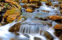 Cascada agradable de la corriente de la montaña Imagen de archivo libre de regalías