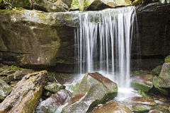 Cascada ahumada de la montaña Imagenes de archivo