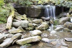 Cascada ahumada de la montaña Foto de archivo